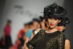 Modeller går landningsbanan på Tatyana Designs royaltyfria foton