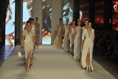 Modeller går landningsbanan under den Aigner showen som en del av Milan Fashion Week Royaltyfri Foto