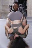 Modeller går landningsbanan under den Rick Owens showen Arkivfoton