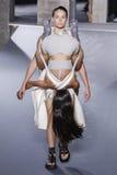 Modeller går landningsbanan under den Rick Owens showen Arkivbild