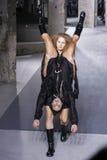Modeller går landningsbanan under den Rick Owens showen Royaltyfria Foton