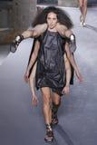 Modeller går landningsbanan under den Rick Owens showen Fotografering för Bildbyråer