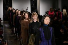 Modeller går landningsbanan under Ohne Titel landningsbanashow under den GJORDA modeveckanedgången 2015 arkivfoto