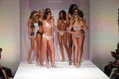 Modeller går landningsbanafinalen på den Bradelis modeshowen Arkivfoton