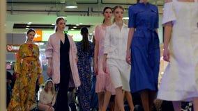 Modeller i klänning går på catwalk på modeveckan, modepassageshowen, grupp av professionellmodeller i aftonklänningar lager videofilmer