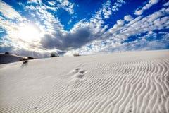 Modeller i molnen och sanddyerna på den vita sandmonumentet arkivbilder