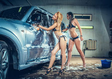 Modeller på biltvätten i garage Fotografering för Bildbyråer
