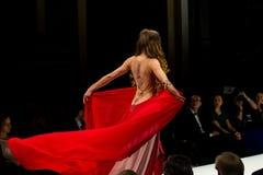Modeller på catwalken under modeshowen Royaltyfria Bilder