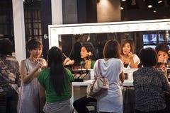 Modeller på en presentation av det kosmetiska företaget AMWAY i Bangkok Arkivfoton