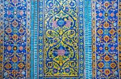 Modeller på en smula tegelplatta av den härliga persiska slotten Royaltyfria Foton