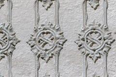 Modeller på ett gammalt staket royaltyfria bilder