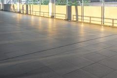 modeller på ett tegelplattagolv eller gångbana arkivfoton