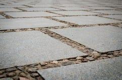 Modeller på golvet: Tegelplattor & stenar Arkivbild