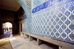 Modeller på keramiska belade med tegel väggar inom den kungliga slotten av den berömda Topkapi slotten, Turkiet Arkivfoton