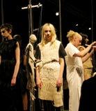 Modeller på modeshowen av Phoebe English Arkivbild