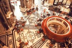 Modeller på väggar och forntida stång för golvinsida av det Kunsthistorisches museet med att koppla av och att dricka besökare Arkivbilder