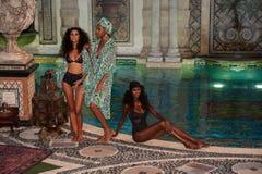 Modeller poserar i formgivarebaddräkt under den Mara Hoffman Swim modepresentationen Arkivfoton