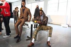 Modeller poserar på David Hart Presentation royaltyfri foto