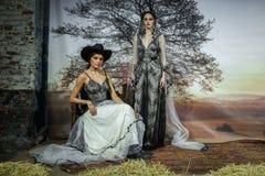 Modeller poserar på den Claire Pettibone Bridal SS landningsbanashowen 2016 royaltyfri foto