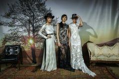 Modeller poserar på den Claire Pettibone Bridal SS landningsbanashowen 2016 royaltyfria foton