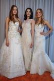 Modeller poserar på den Michelle Roth Bridal Spring 2016 samlingspresentationen royaltyfri foto