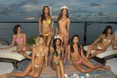 Modeller poserar på i märkes- baddräkt under presentationen för strandBunny Swimwear mode Royaltyfria Bilder