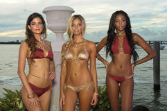 Modeller poserar på i märkes- baddräkt under presentationen för strandBunny Swimwear mode Royaltyfria Foton