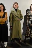 Modeller poserar på landningsbanan på den Beaufille presentationen Royaltyfria Foton