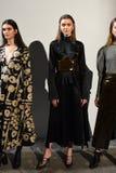 Modeller poserar på landningsbanan på den Beaufille presentationen Royaltyfria Bilder