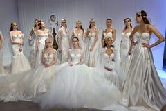 Modeller poserar under den Galia Lahav Bridal Fashion Week vår-/sommarpresentationen 2017 Arkivbild