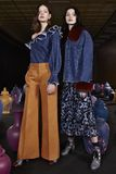 Modeller poserar under Tanya Taylor Presentation på den New York modeveckan Arkivbilder