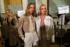 Modeller som i kulisserna får klara under den Francesco Scognamiglio showen som delen av Milan Fashion Week Royaltyfri Bild