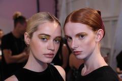 Modeller som i kulisserna poserar för den Custo Barcelona modeshowen Royaltyfria Bilder