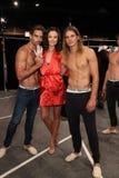 Modeller som i kulisserna poserar för KYBOEN! modeshow Arkivbilder