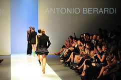 Modeller som ställer ut designer av Antonio Berardi på Audi Fashion Festival 2011 Arkivfoto