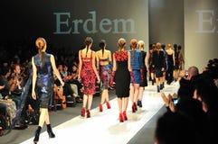 Modeller som ställer ut designer från Erdem på Audi Fashion Festival 2011 Arkivfoton