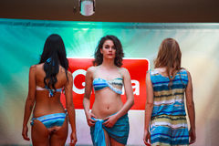 Modeller under modeshowen royaltyfri bild