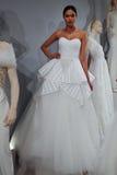 Modeller visas på ett rostat bröd till Tony Ward: En special brud- samling Royaltyfri Foto