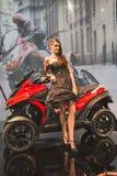 Modellera att posera på EICMA 2014 i Milan, Italien Royaltyfri Bild