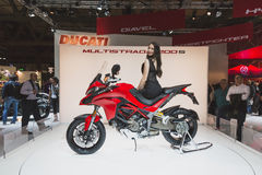 Modellera att posera på EICMA 2014 i Milan, Italien Royaltyfri Foto