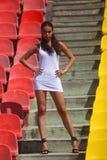 Modellera att posera på en bakgrund av ljus stadion arkivfoton