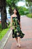 Modellera att ställa ut vibrerande och lyxiga designer av Camilla (med Wattletree) under händelse för mode för Singapore yachtshow Royaltyfri Foto