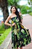 Modellera att ställa ut vibrerande och lyxiga designer av Camilla (med Wattletree) under händelse för mode för Singapore yachtshow Arkivbilder