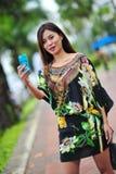 Modellera att ställa ut vibrerande och lyxiga designer av Camilla (med Wattletree) under händelse för mode för Singapore yachtshow Royaltyfri Fotografi