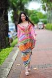 Modellera att ställa ut vibrerande och lyxiga designer av Camilla (med Wattletree) under händelse för mode för Singapore yachtshow Fotografering för Bildbyråer