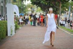 Modellera att ställa ut vita månetillbehör och smycken under Singapore yachtshow på en grad 15 Marina Club Sentosa Cove Royaltyfri Fotografi