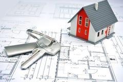 Modellera av ett hus, och nyckel- ringa Royaltyfri Foto