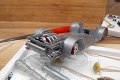 modellera Bygg en skalamodell av bilen Motorn med avgasr?r, v?xell?dan och upph?ngning m?las med en retuschspruta och fotografering för bildbyråer