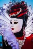 Modellera den iklädda karnevaldräkten, och maskeringen poserar, Venedig Carniv Royaltyfri Foto