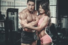 Modellera den unga mannen och kvinnan som utarbetar i idrottshall Royaltyfria Foton
